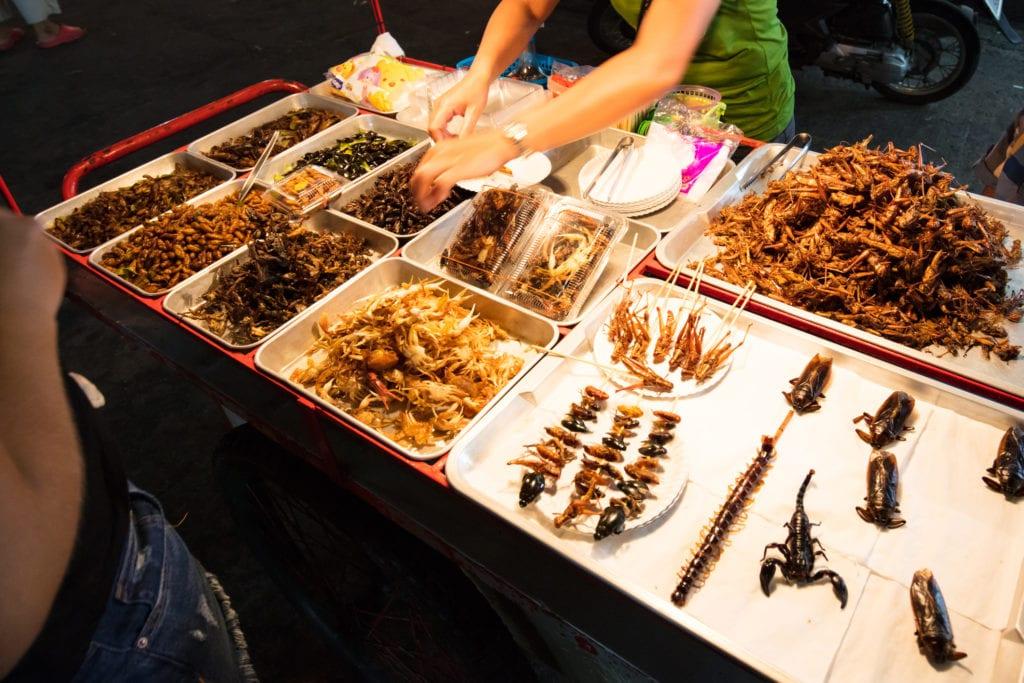 Street food w Bangkoku, w stoiskach można spróbować m.in. skorpiona,