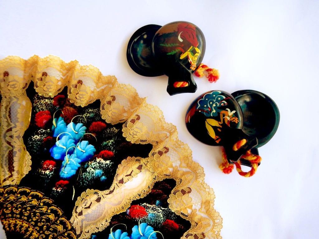 Kastaniety i wachlarz są nieodłącznymi akcesoriami flamenco,