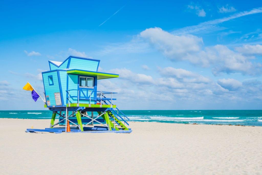Kolorowe budki ratowników w Miami Beach, Floryda