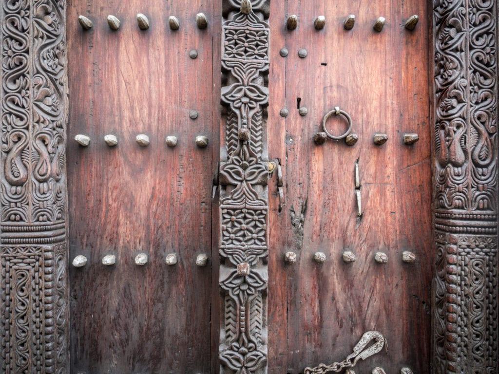 Mosiężne kolce na drzwiach domów w Stone Town, Zanzibar