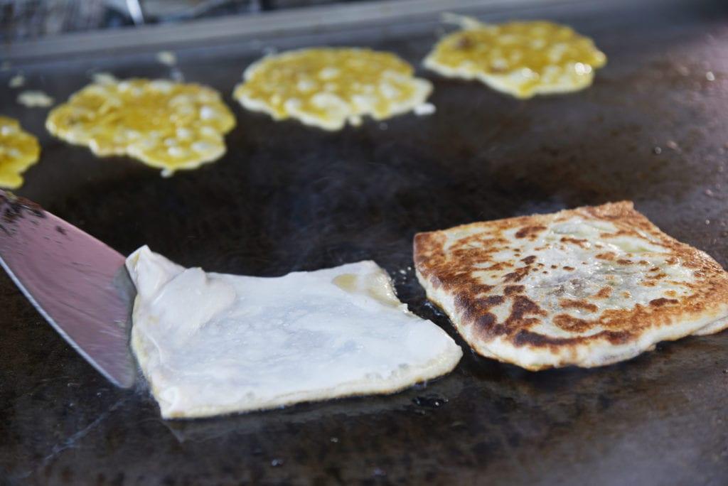 Roti canai - naleśnik inspirowany kuchnią indyjską, malezyjskie danie