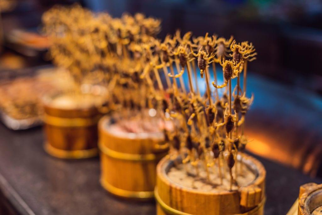 Smażone skorpiony to często spotykany przysmak, nocny targ Pekin