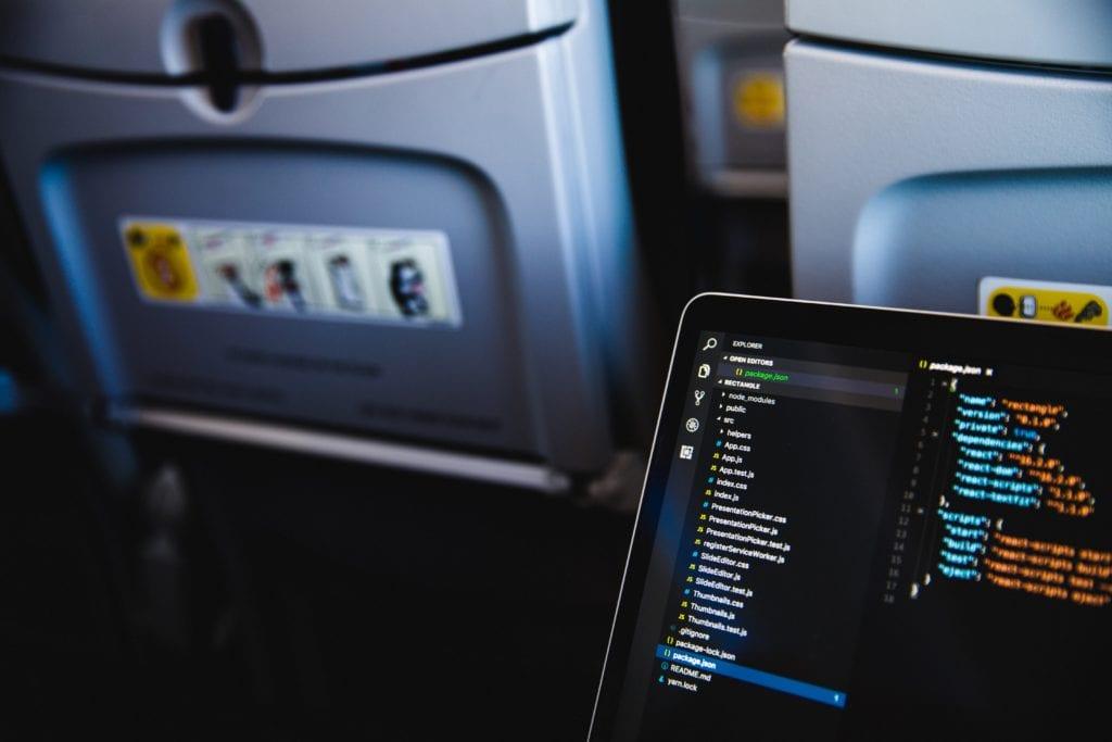 Sprzęt elektroniczny i cenne przedmioty nie miałyby być przewożone w bagażu rejestrowanym,