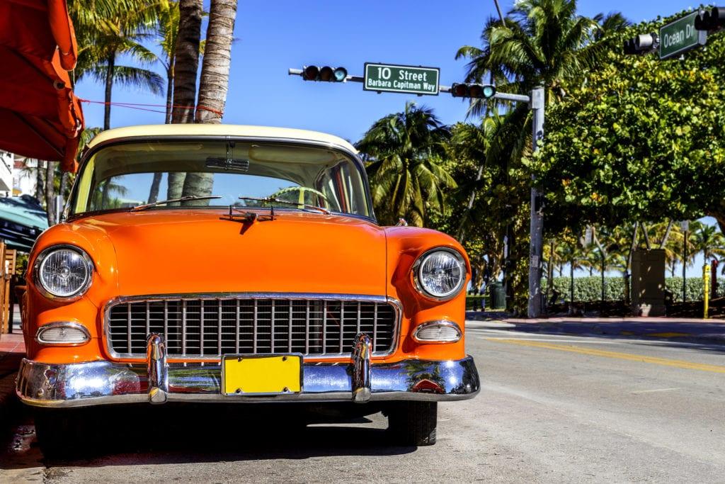 Stare amerykańskie auto na Ocean Drive w Miami, Floryda USA