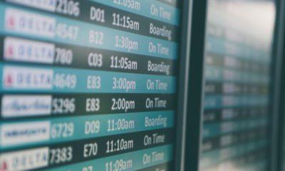 Tablica lotów na lotnisku,