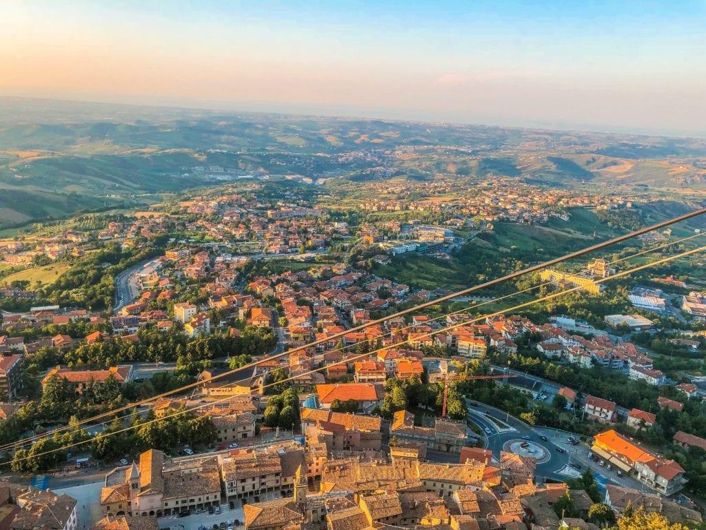 Widok na miasta San Marino, w tle Morze Adriatyckie,