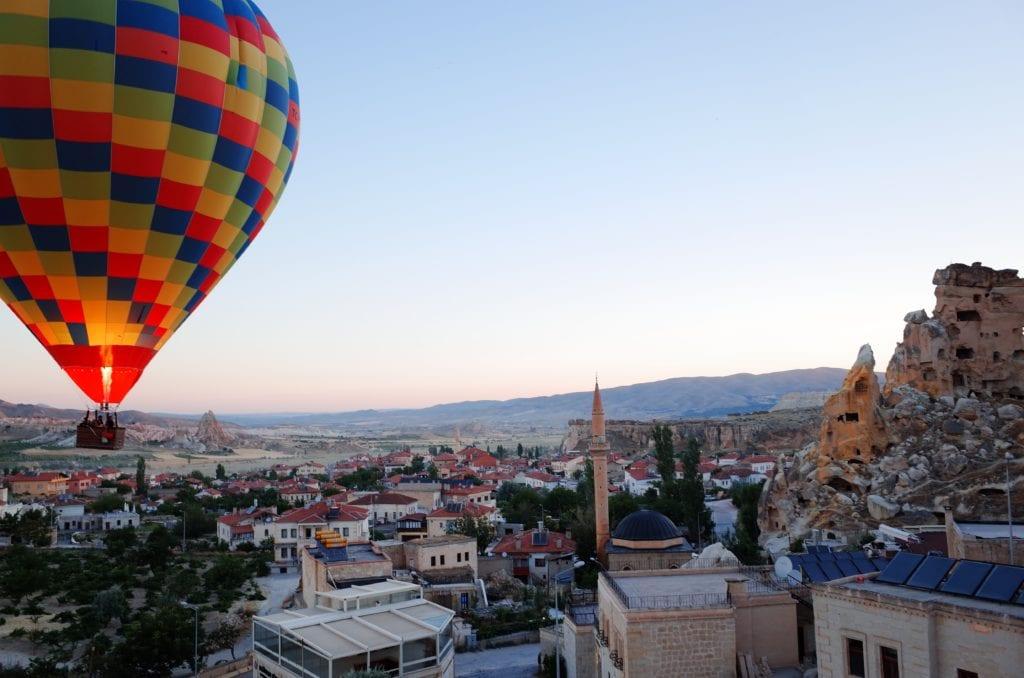 Loty balonami rozpoczynają się przed wschodem słońca, Kapadocja