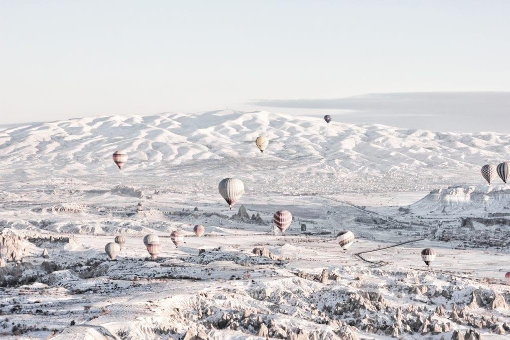 Loty balonami rozpoczynają się przed wschodem słońca, nawet zima