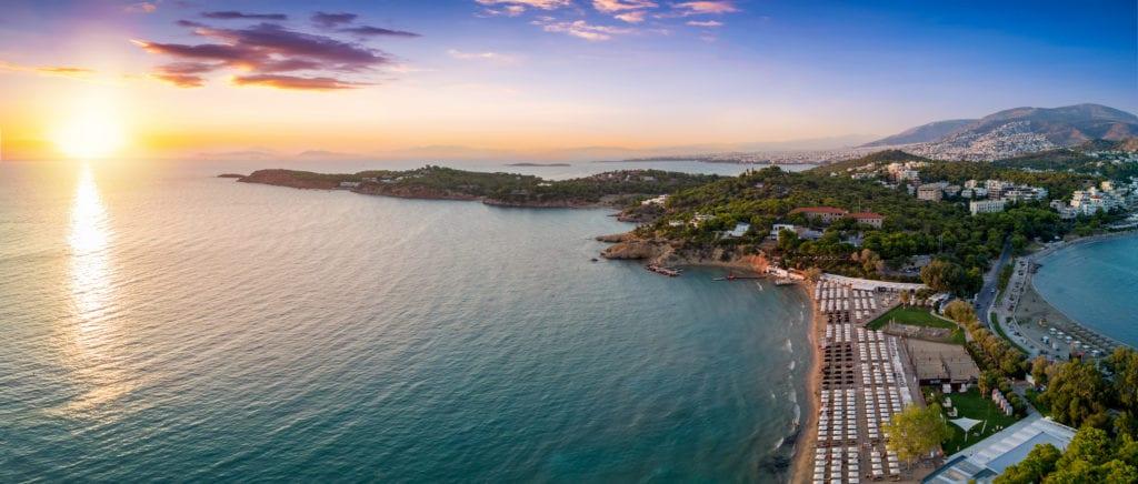 Na południe od Aten, w Vouliagmeni znajduje się plaża Astir