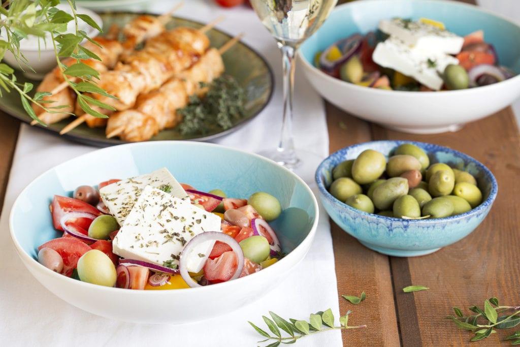 Tradycyjne greckie dania sałatka z fetą, oliwki i souvlaki