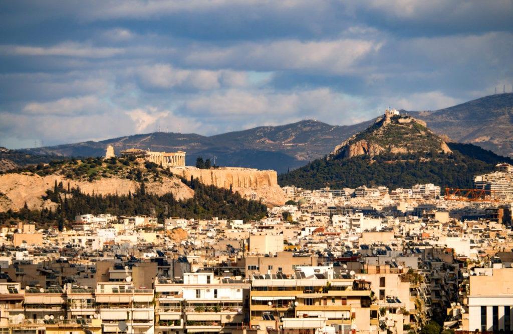 Wzgórze Likavitos, po lewej stronie Akropol, Ateny