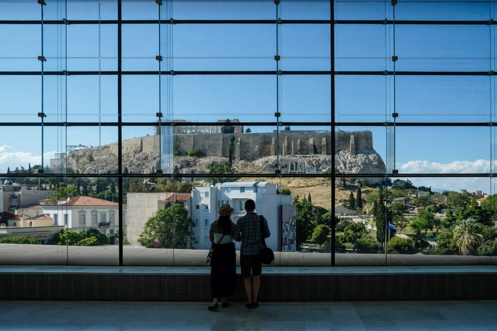 Z Muzeum Akropolu można podziwiać okoliczne zabytki, m.in. wzgórze Akropolu, Ateny