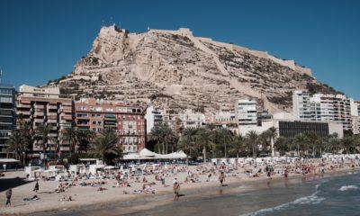 Plaża w Alicante oraz Zamek św. Barabry na wzgórzu, fot. Cale Weaver Unsplash