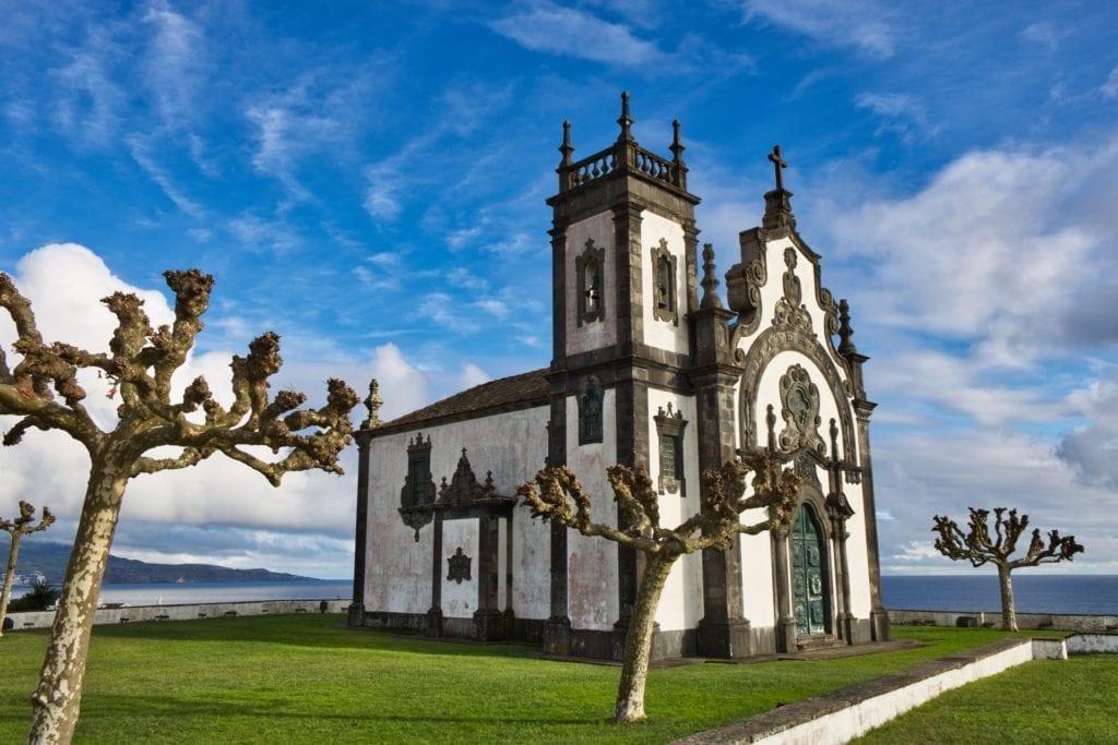 Charakterystyczne budynki na Azorach,