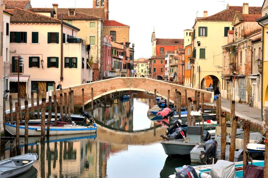 Chioggia nazywana jest małą Wenecja, są tu kanały i plażowa nadmorska dzielnica Sottomarina