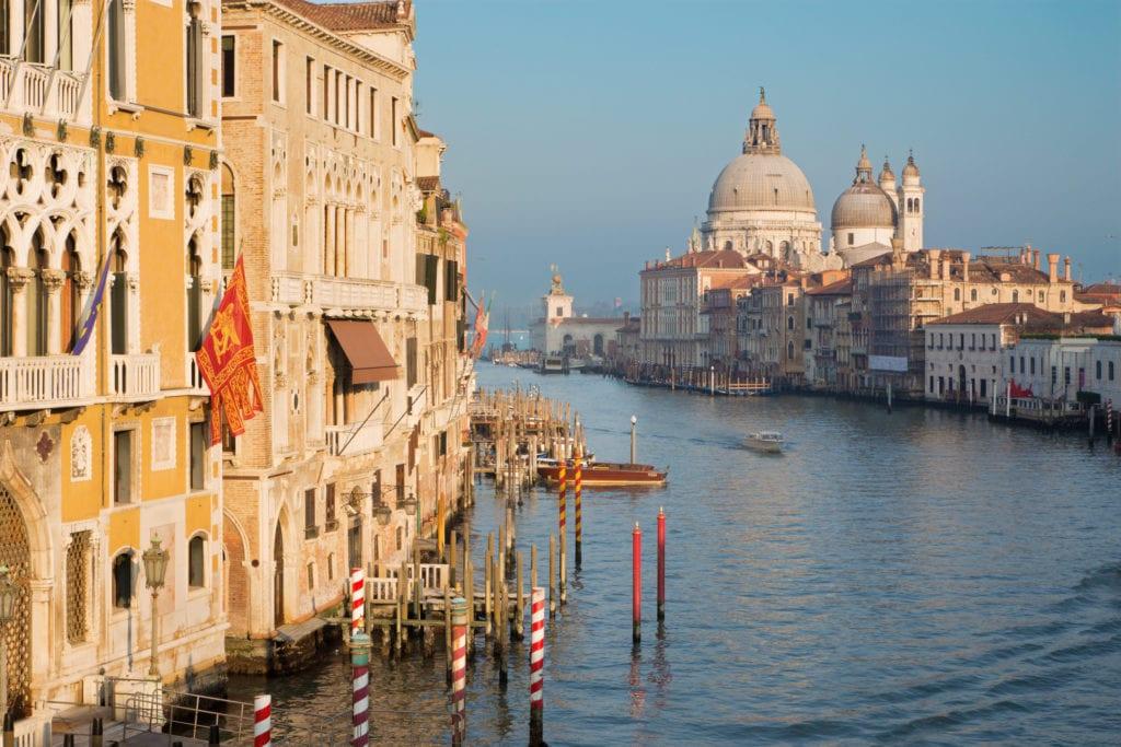 wielki kanał w wenecji, w tle kosciol santa maria della salute