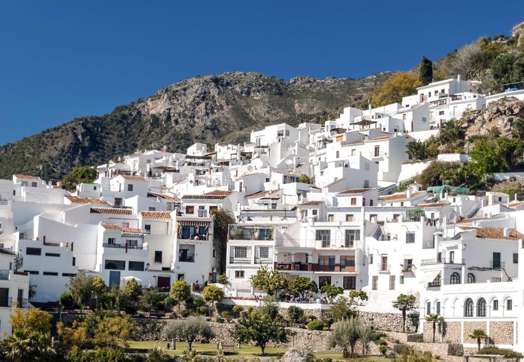 Białe fasady domów w Frigilianie, Andaluzji,