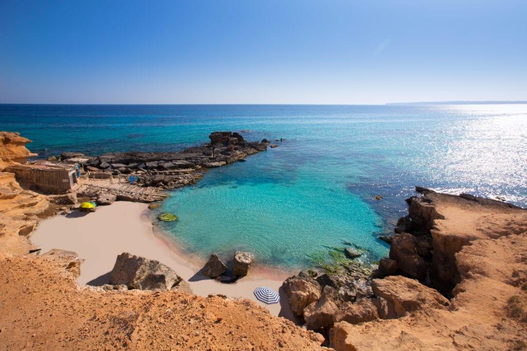 Plaża Calo des Mort w południowo-wschodniej części wyspy Formentera
