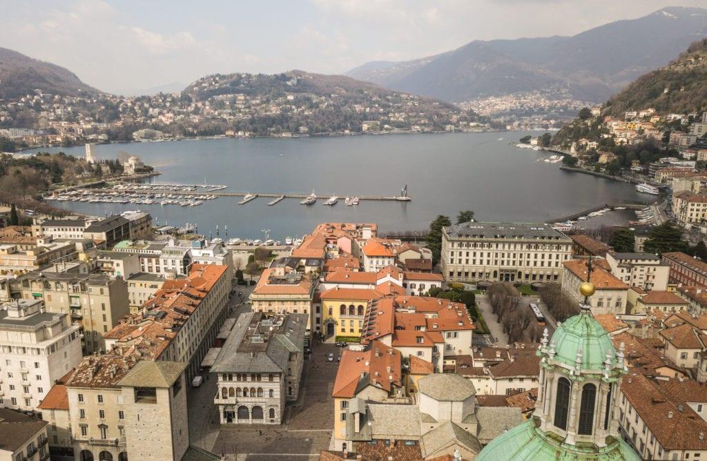 Miasto Como w południowo-zachodniej części jeziora Como,