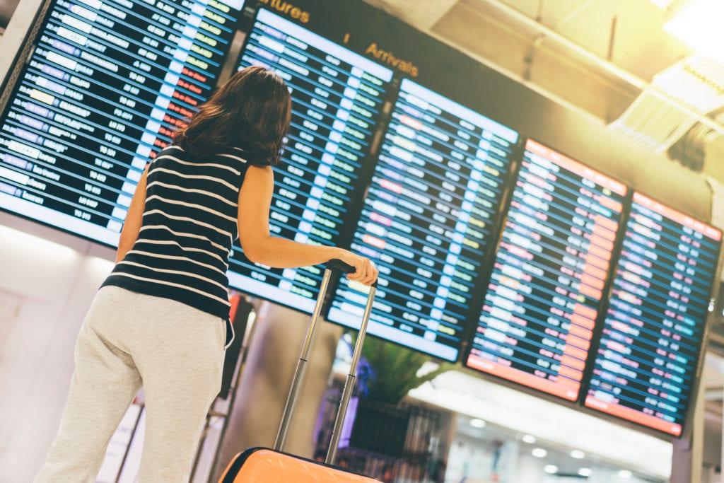 Hala lotniskowa, tablica lotów, lotnisko
