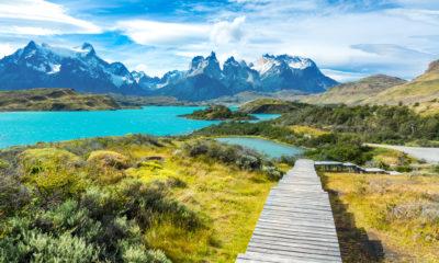 Jezioro Pehoé, w tle górskie szczyty, Chile