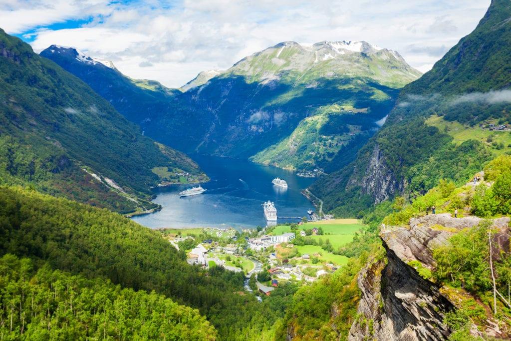Miejscowość Geiranger nad fiordem Geirangerfjord, UNESCO fiordy Norwegia