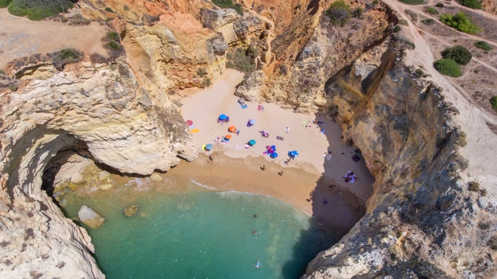 Plaża Praia João de Arens na południe od Portimão, Algarve