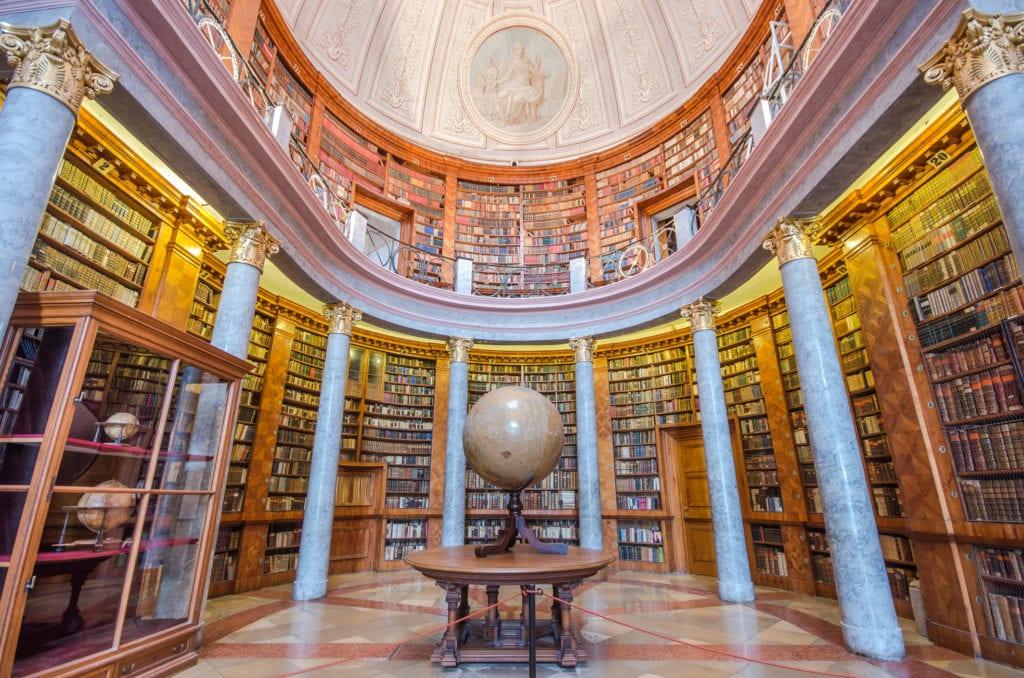 Wnętrze biblioteki w opactwie Pannonhalma, Węgry