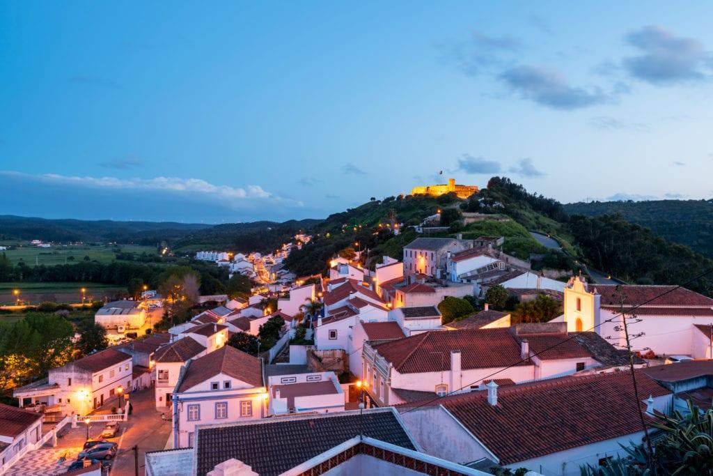 Zachód słońca nad Aljezur. w tle zamek Aljezur, Algarve