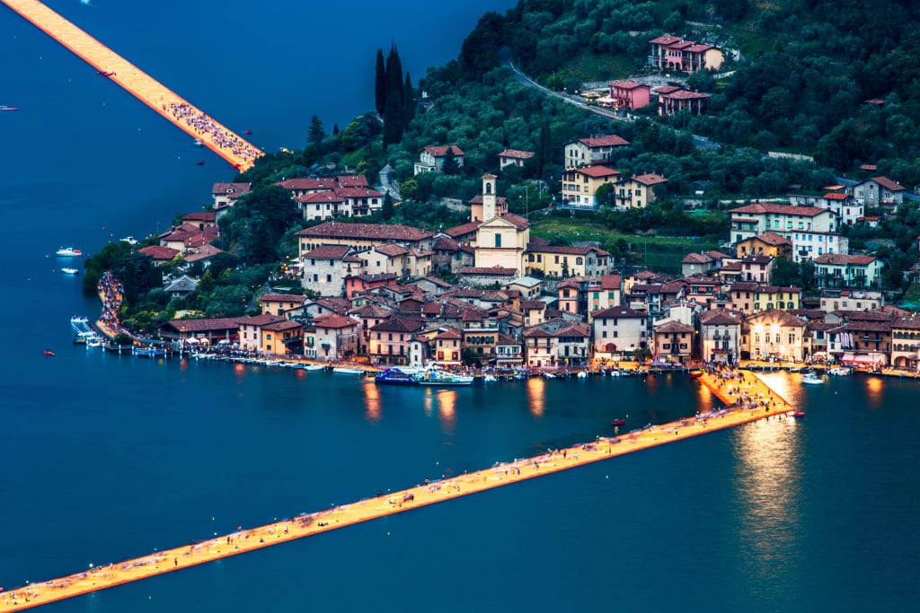 Chodnik na wodzie na jeziorze Iseo, Włochy
