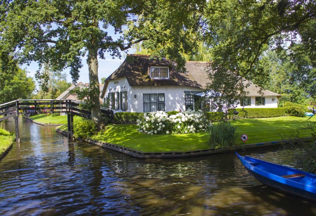 Malownicze kanały w Giethoorn, Holandia