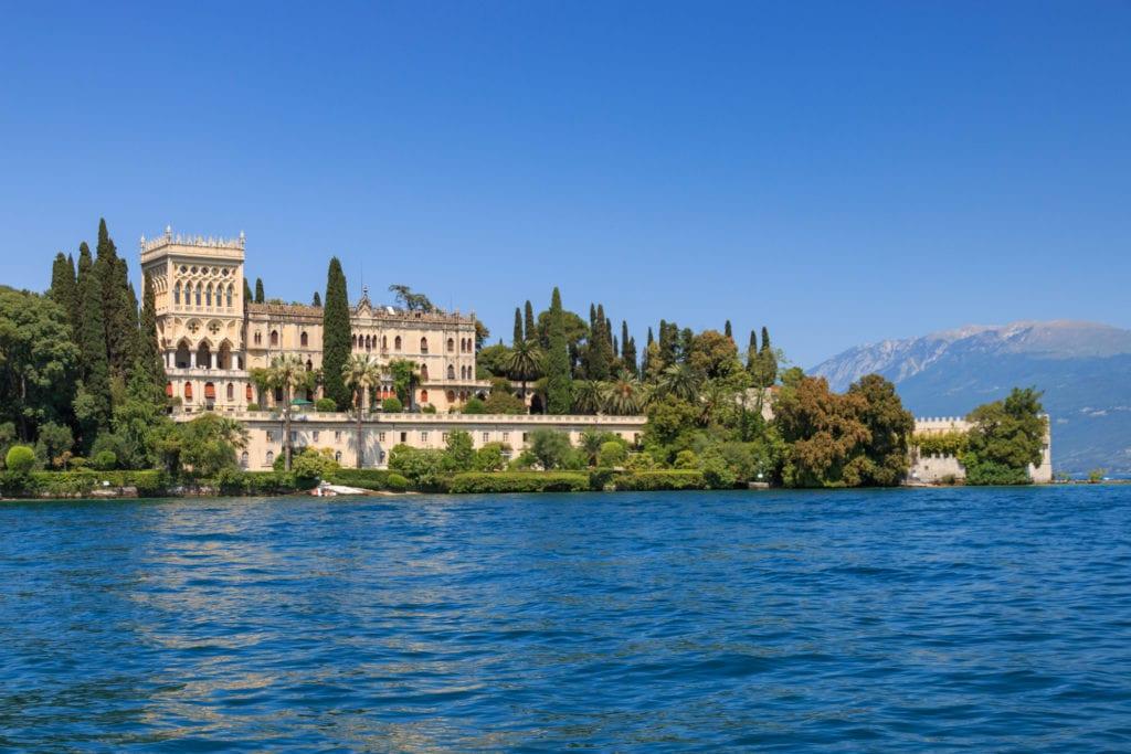 Wyspa Isola del Garda położona jest na jeziorem Garda, Włochy