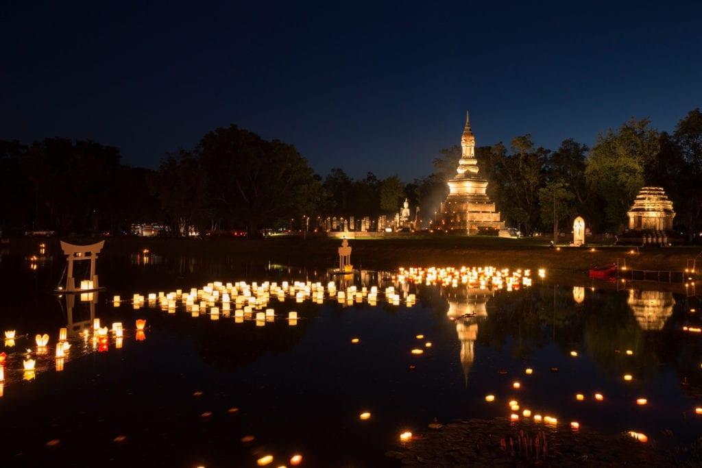 Festiwal Loy Kratong w parku historycznym Sukhothai, Tajlandia