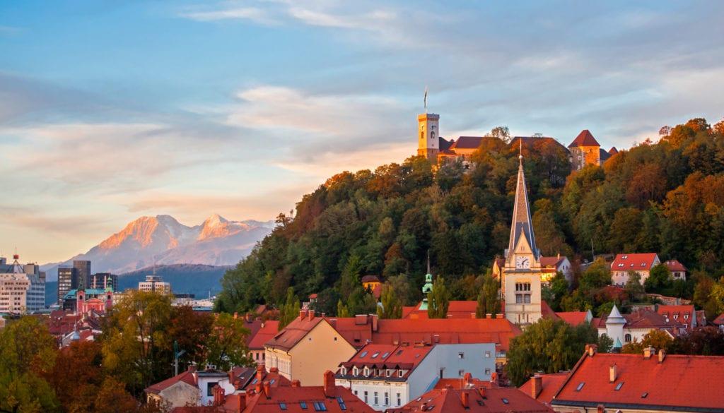 Lublana o zachodzie słońca, w tle wzgórze zamkowe, Słowenia