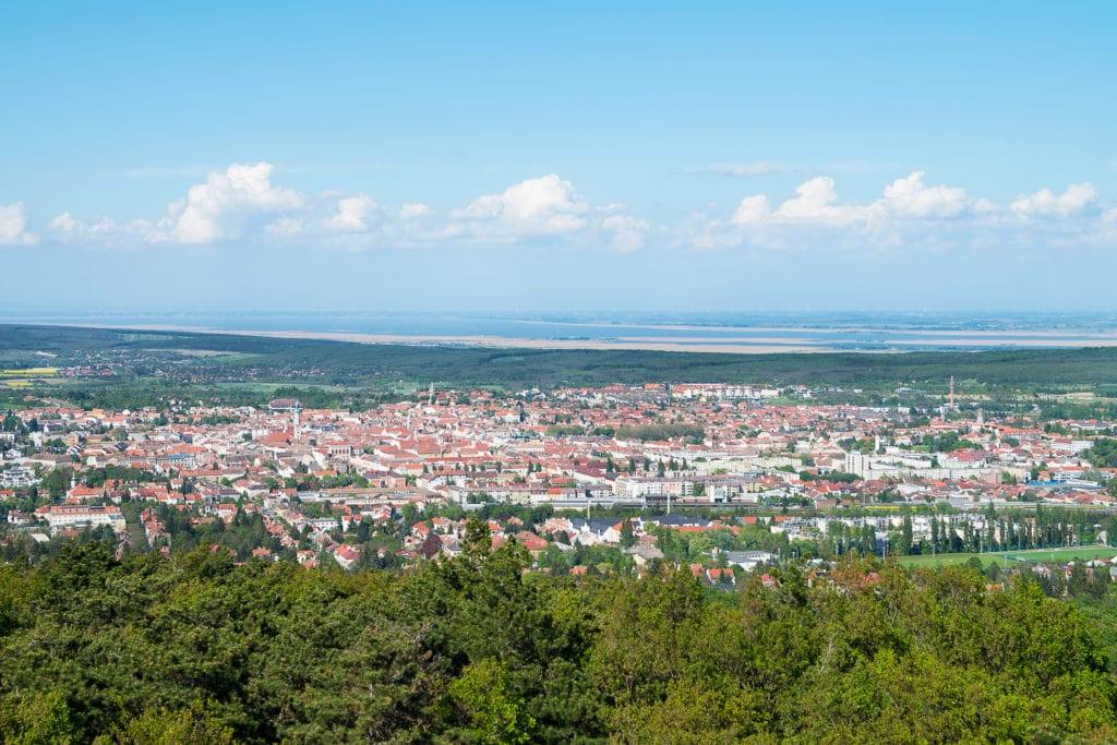 Miejscowość Sopron i jezioro Fertö po stronie węgierskiej,