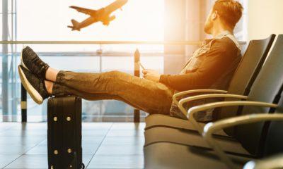Oczekiwanie na lot na lotnisku, liimt bagazu podręcznego i rejestrowanego