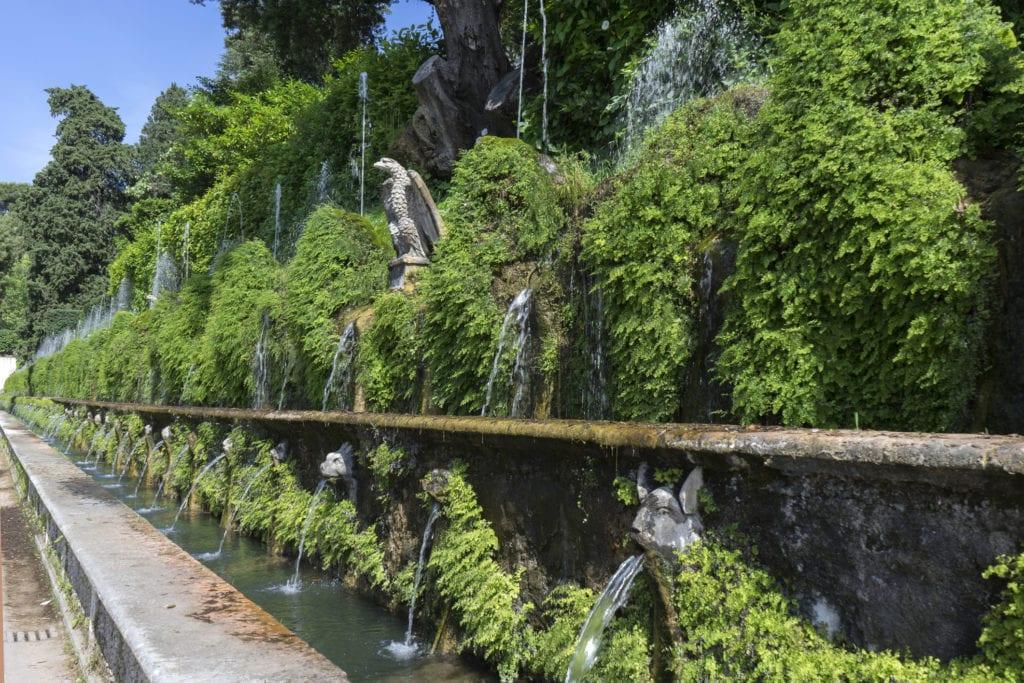 Taras stu fontann w Tivoli, niedaleko Rzymu