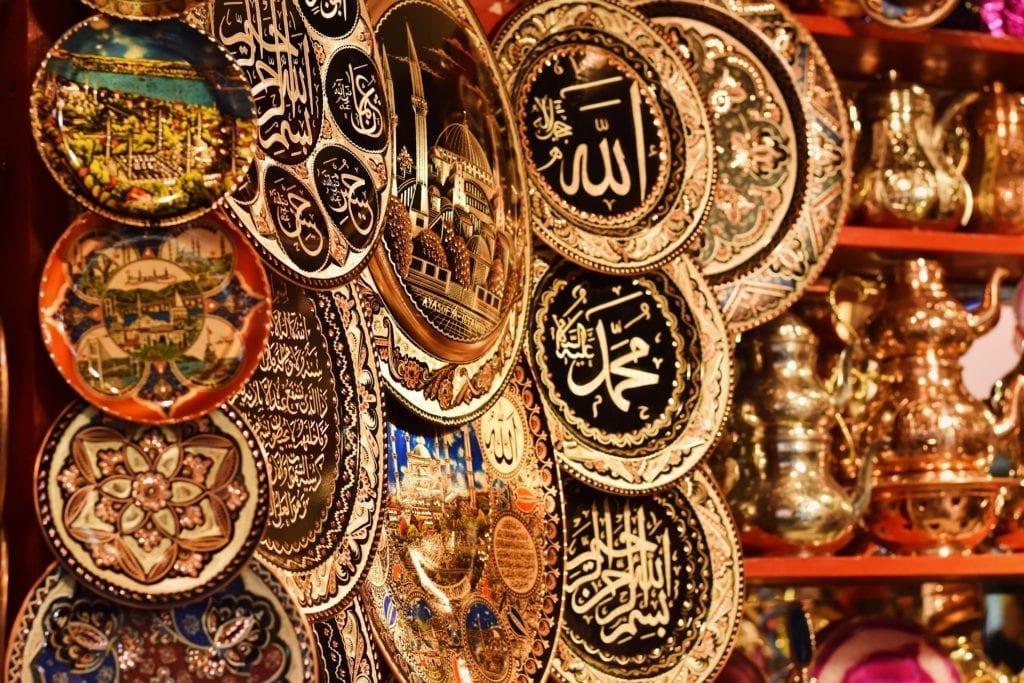 Grand Bazar to miejsce, gdzie możesz kupić oryginalne orientalne pamiątki, Stambuł