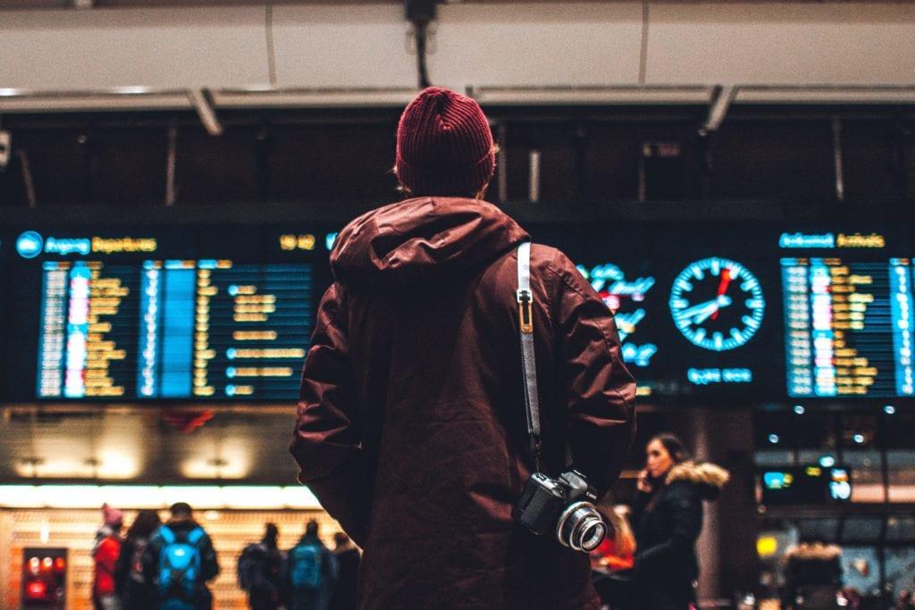 Tablica przylotów i odlotów na lotnisku