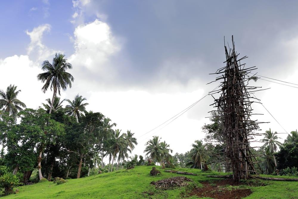 Drewniana wieża z której skaczą mieszkacy wyspy Pentecost, Vanuatu