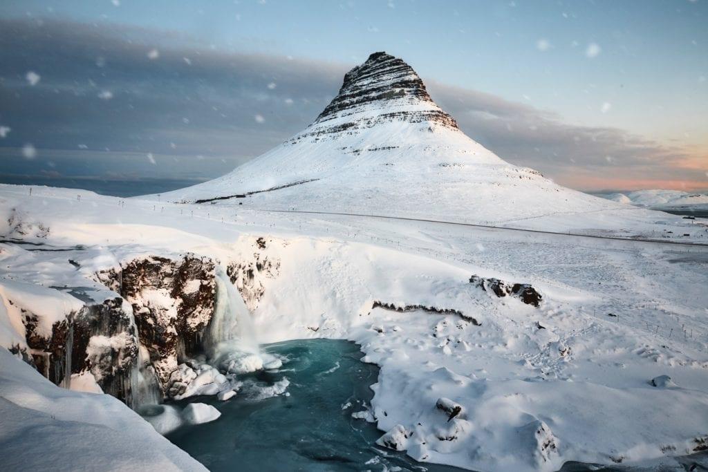 Góra Kirkjufell ma wysokość 463 m n.p.m., Islandia