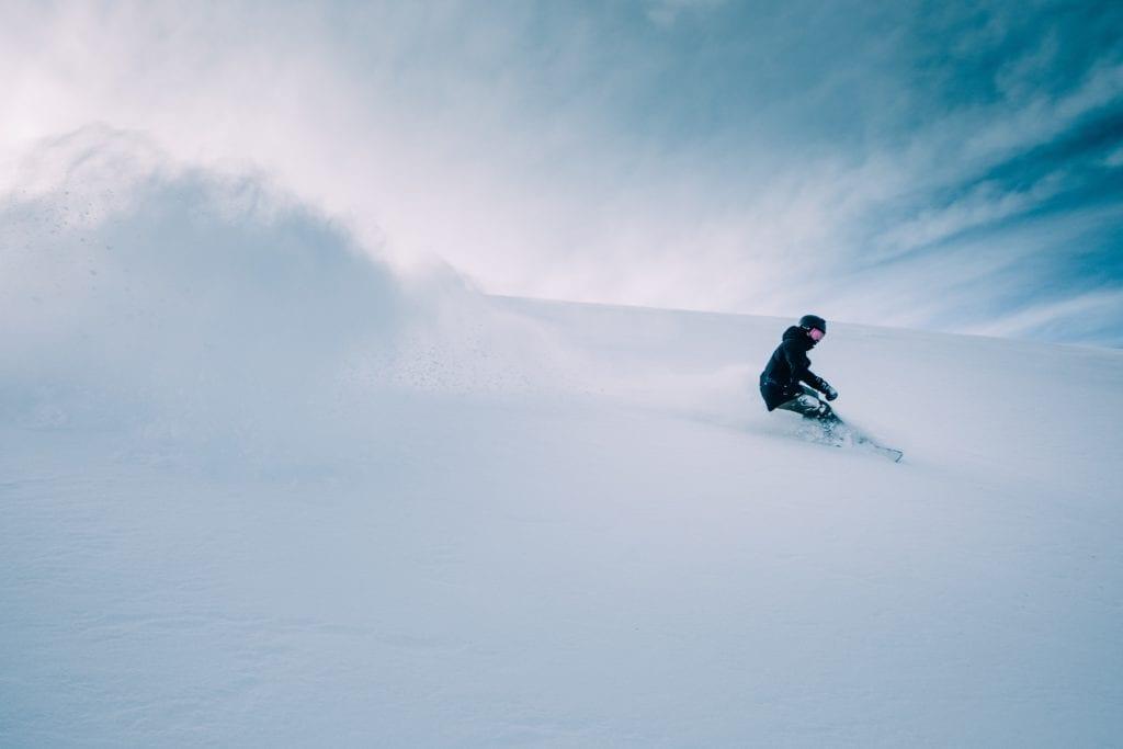 Najlepsze miejsca na jazdę na nartach lub desce na Islandii znajdziesz w Bláfjöll, Skálafell, Hlíðarfjall (Akureyri), Tungudalur i Seljalandsdalur