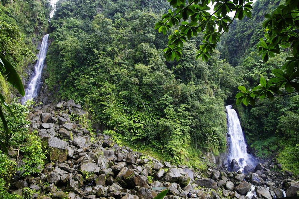 Przyroda i wodospady w parku Morne Trois Pitons, karaiby