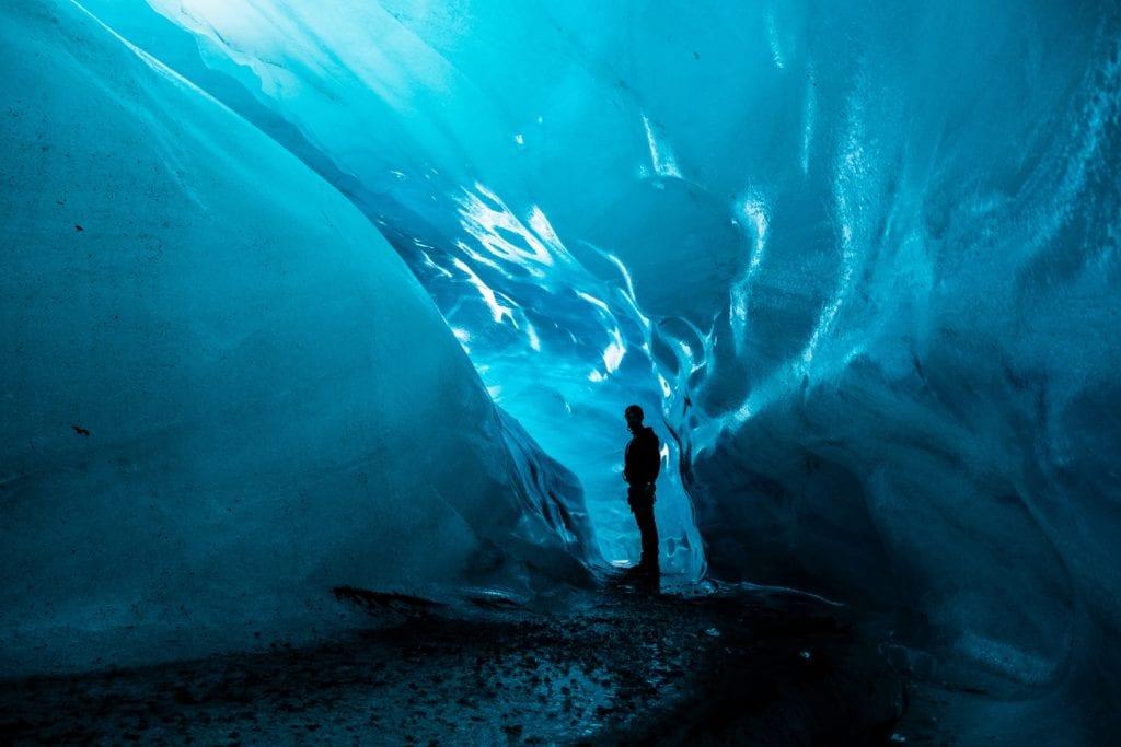 W lodowej jaskini w Parku Narodowym Vatnajökull, Islandia