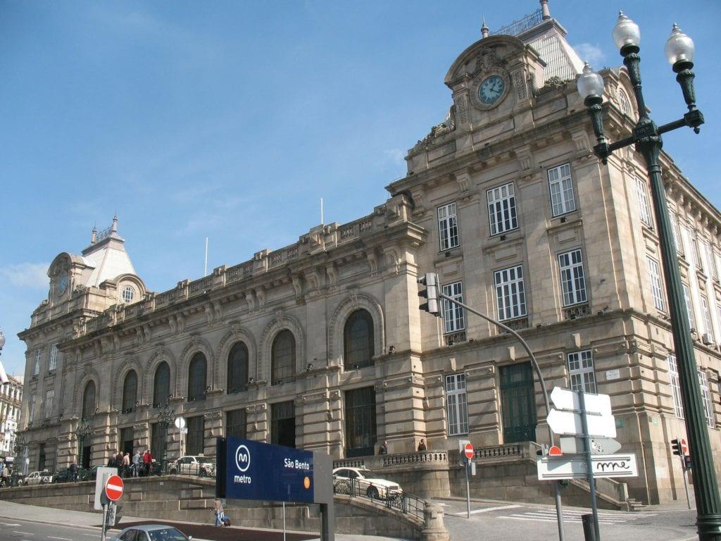 Dworzec Sao Bento ozdobiony jest wewnątrz płytkami azulejo Porto