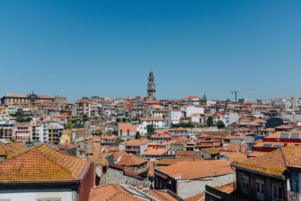 W tle Wieża Kleryków, Porto