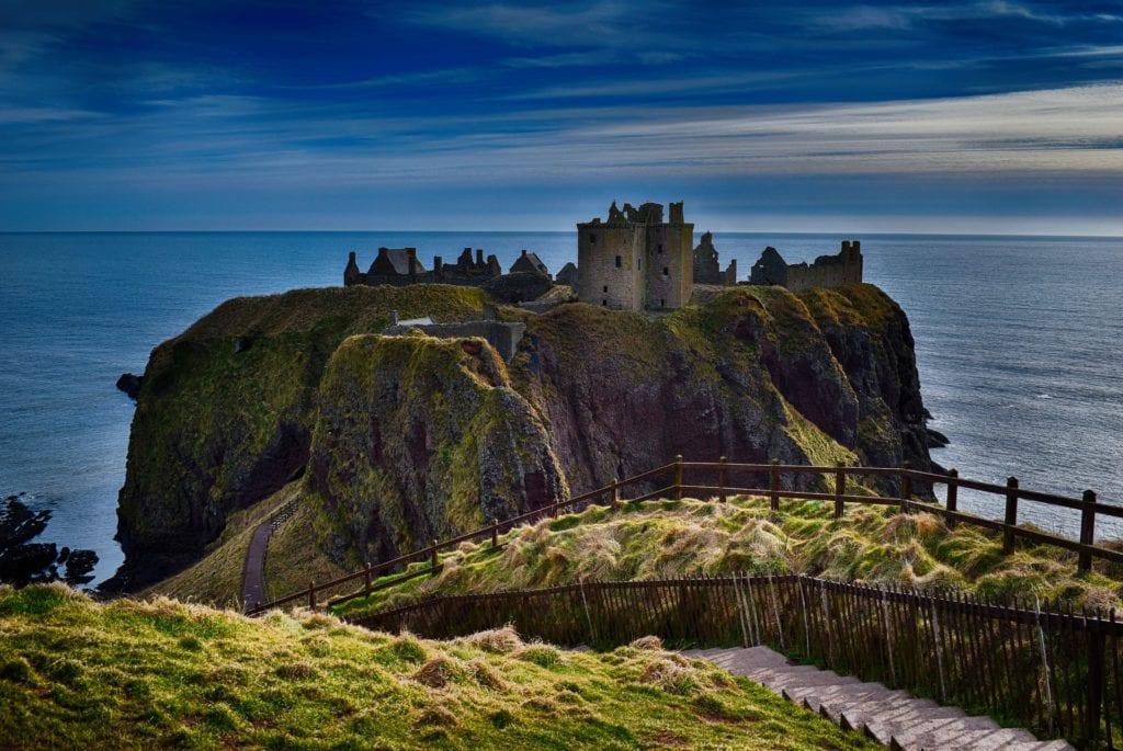 Zamek Dunnottar położony jest na południe od Aberdeen,