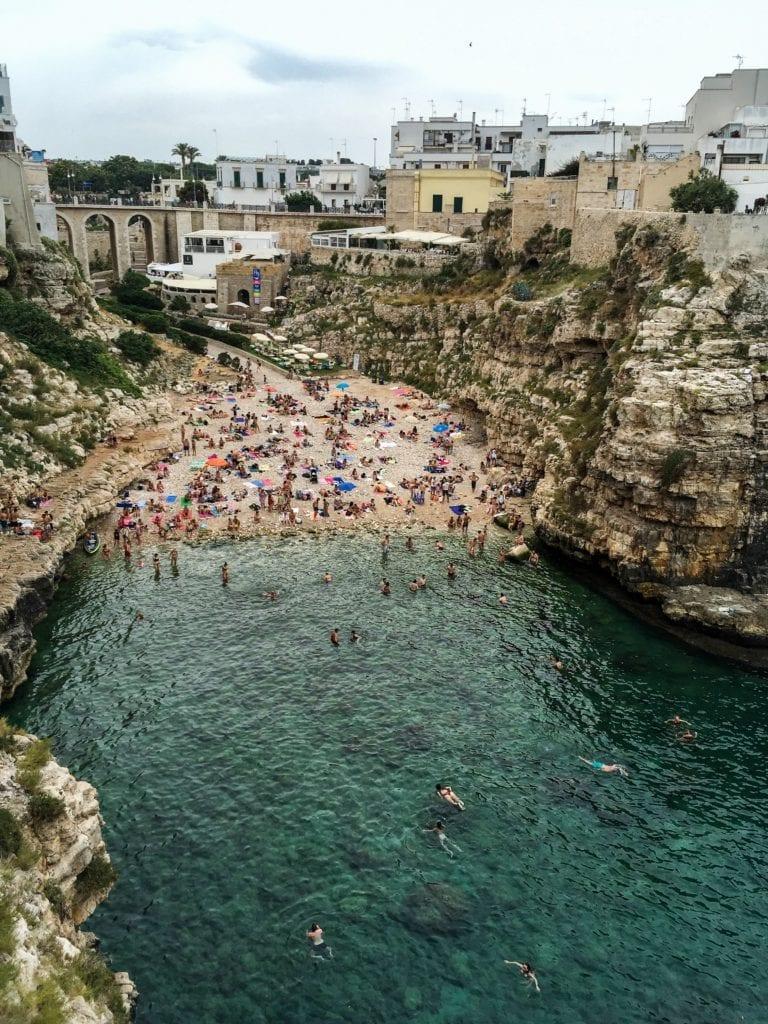 Plaża w w Polignano a Mare, Włochy