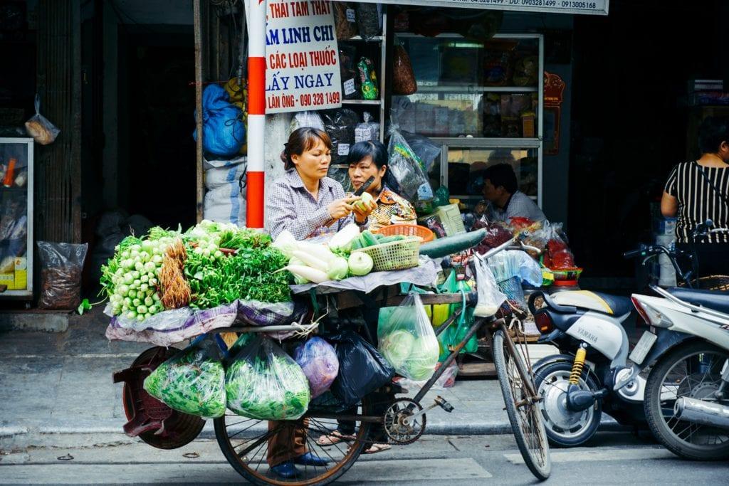 Produkty sprzedawane są na samej ulicy, Hanoi, kuchnia wietnamska