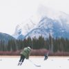 Dzieci grające hokej w Banff National Park, fot. Priscilla Du Preez Unsplash